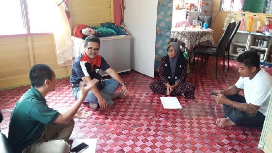Salman Saaban (dua dari kiri) mengadakan lawatan di kediaman waris mangsa di Perumahan Tersusun Kampung Mawai, Kota Tinggi. FOTO IHSAN PERHILITAN JOHOR