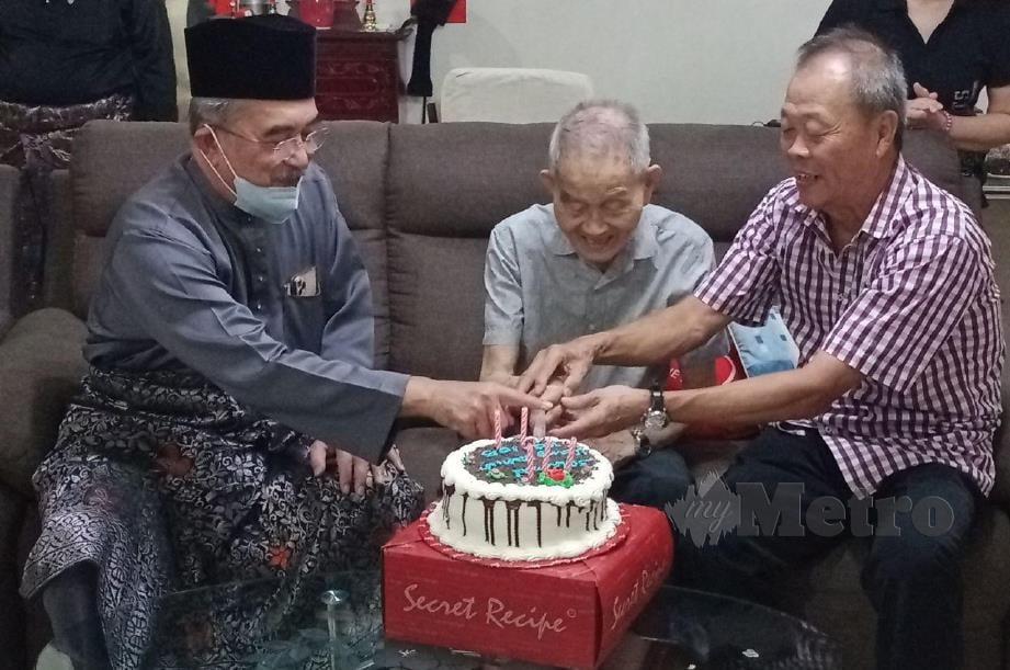 TUN Mohd Ali (kiri) bersama Soh Chin Aun (kanan) memotong kek hari jadi ke 105 tahun Soh Tee Tong, hari ini. FOTO AMIR MAMAT