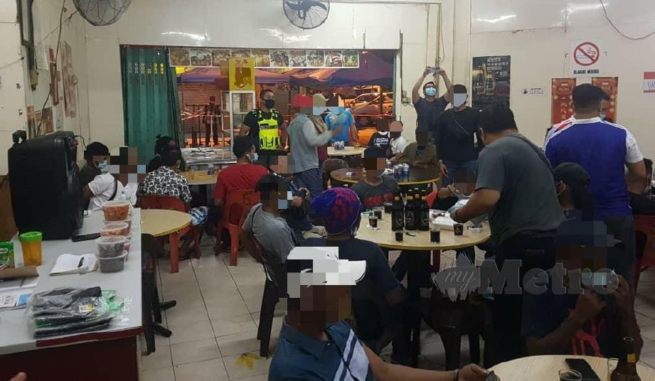Pelanggan didapati berkumpul di restoran tanpa mematuhi arahan PKPP di Kota Kinabalu. FOTO  JUWAN RIDUAN