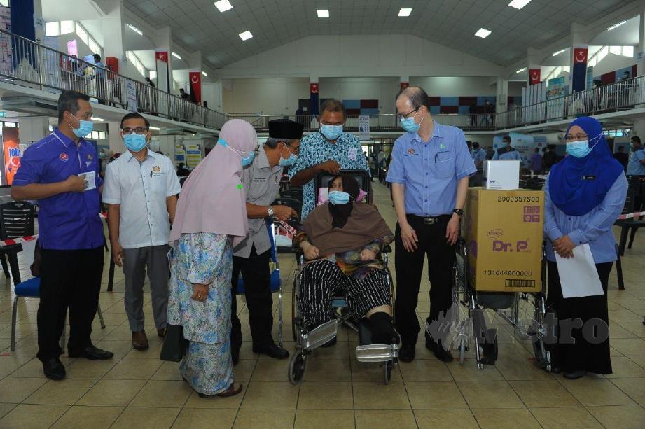 Mohd Rashid (empat dari kiri) ketika menyampaikan bantuan sumbangan kepada penerima di Batu Pahat, hari ini. FOTO ESSA ABU YAMIN
