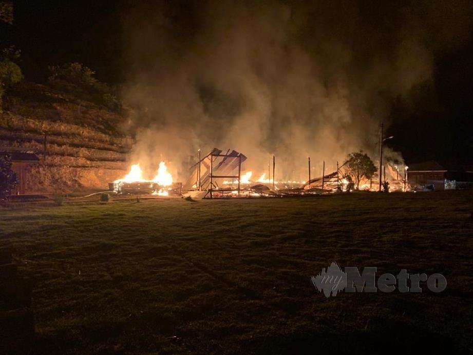Asrama SK Ulu Yong, Kapit yang menempatkan 10 pelajar lelaki, musnah dalam kebakaran, malam tadi. FOTO IHSAN BOMBA