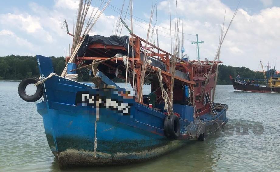 Bot bersama nelayan warga Vietnam ditahan kerana menjalankan aktiviti mencandat sotong di kawasan kurang 12 batu nautika perairan Tanjung Sekukuh, Pekan. FOTO MOHD RAFI MAMAT