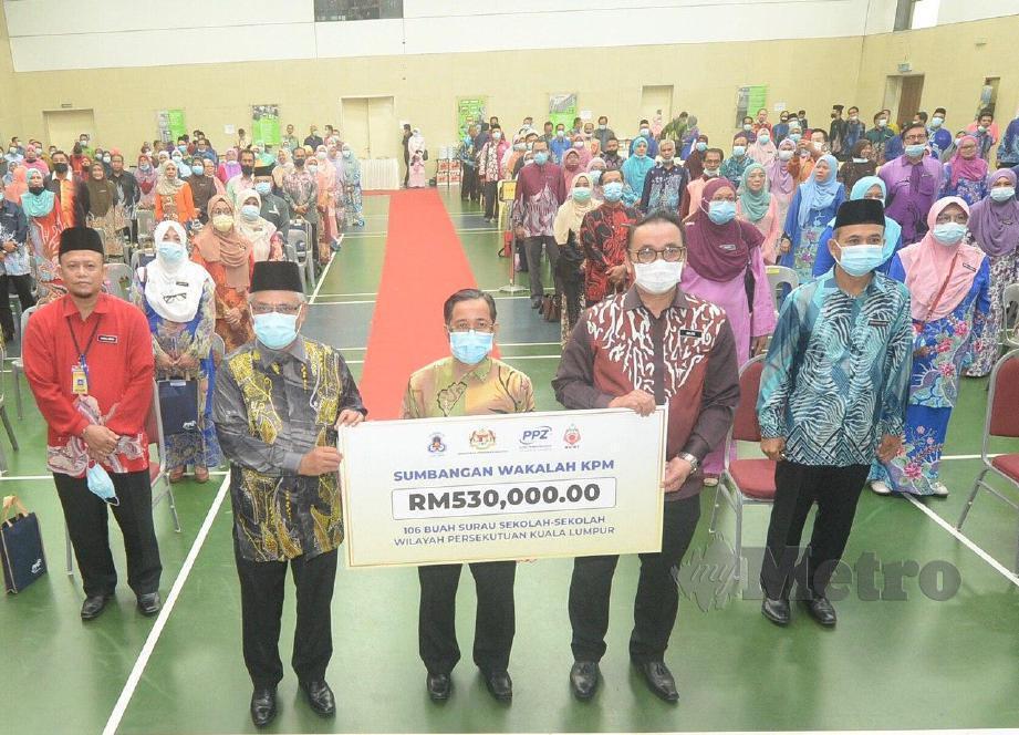 Ketua Akauntan, Kementerian Pendidikan Malaysia, Nasran Omar  (tengah) bersama replika cek berjumlah RM 530,000 untuk diberikan kepada 106 surau sekolah kawasan Wilayah Persekutuan. Turut hadir guru besar dan pengetua pada majlis pelancaran Kempen Zakat Pendidik & Penyerahan Wakalah Zakat di Sekolah Menengah Agama MAIWP, Bandar Seri Permaisuri. FOTO KHAIRUL AZHAR AHMAD