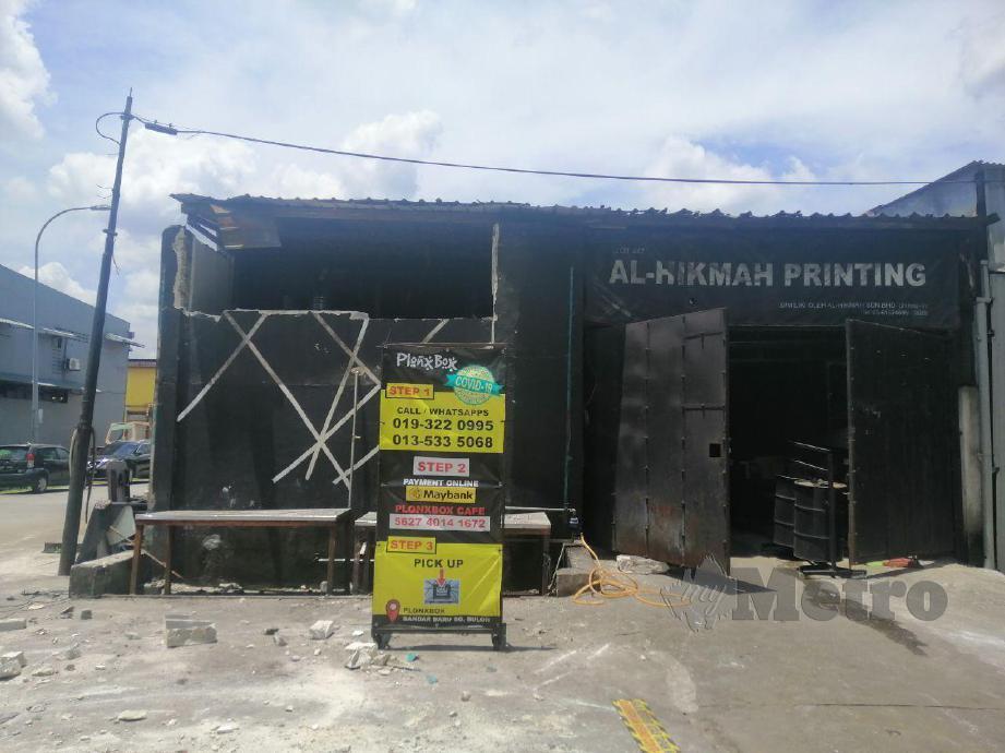 Sengkuap kedai makan Plonbox dan percetakan milik Muhammad Afifi Zaidi, 34 yang diroboh oleh MBSA dalam operasi bersepadu semalam. Foto Muhaamad Hafis Nawawi.