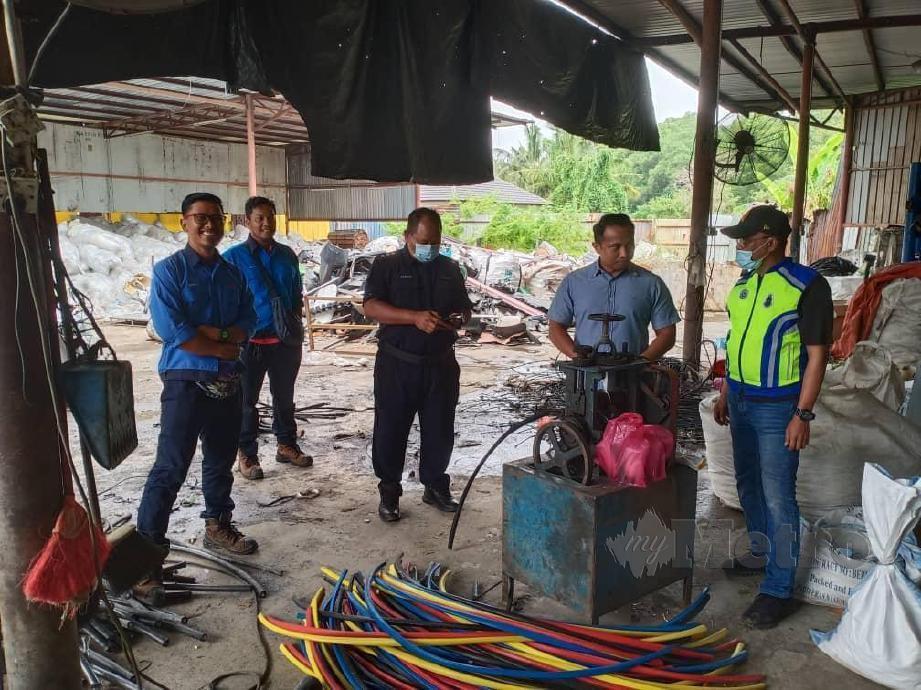 Polis Klang Utara bersama wakil Tenaga Nasional Berhad (TNB) membuat pengecaman dan mengesahkan premis itu tidak diiktiraf untuk pelupusan barang TNB. FOTO IHSAN PDRM
