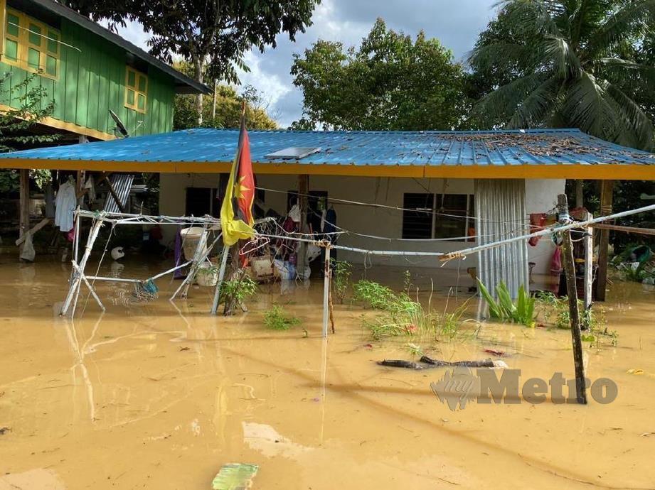 Kawasan penempatan penduduk sepanjang Sungai Rajang dinaiki air selepas paras air sungai berkenaan naik mendadak ekoran hujan lebat di hulu sungai sejak kelmarin. FOTO IHSAN BOMBA