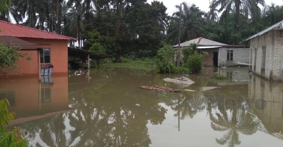 Keadaan rumah penduduk yang dilanda 'banjir termenung' sejak Sabtu lalu di Kampung Rantau Panjang, Bestari Jaya. FOTO IHSAN PEMBACA