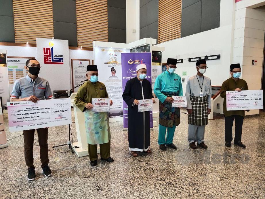 Menteri di Jabatan Perdana Menteri (Hal Ehwal Agama), Datuk Seri Dr Zulkifli Mohamad Al-Bakri (empat  dari  kanan)  menyampaikan sumbangan  Tabung  Musa'adah  Covid-19 JAKIM-YWM kepada  Pertubuhan  Kebajikan  Orang  Kurang  Upaya (OKU)  Autisme  Selangor dan  Komuniti   Lesbian, Gay, Biseksual dan Transgender (LGBT). FOTO SAMADI AHMAD