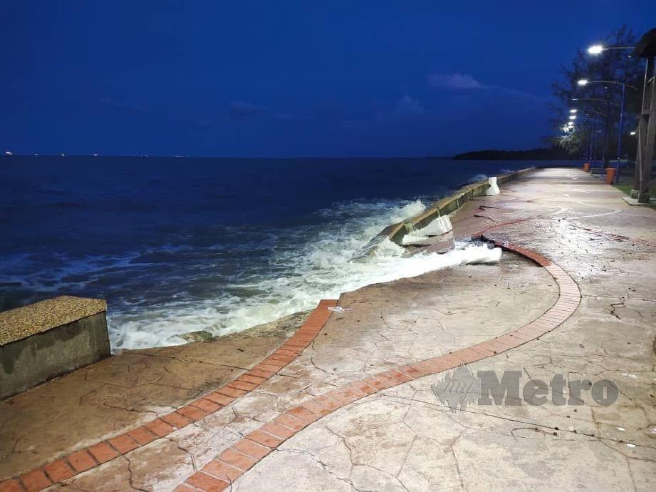 Orang ramai dihalang menghampiri Pantai Morib susulan benteng pemecah ombak di pantai itu runtuh. FOTO IHSAN UPBN