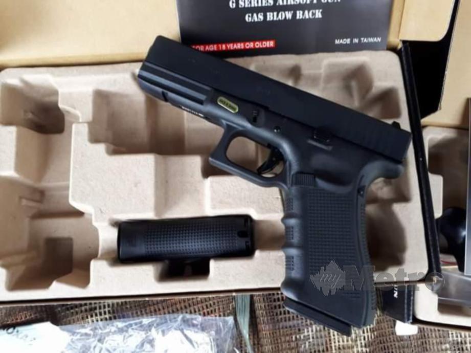 Seorang individu menjual senapang dan pistol angin 'airsoft' yang menyerupai senjata sebenar tetapi menggunakan peluru bebola besi dan gel di kumpulan laman sosial WhatsApp sedang disiasat Polis.