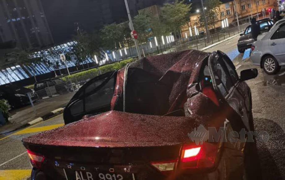 KEADAAN kereta yang terkena pencangkuk kren.
