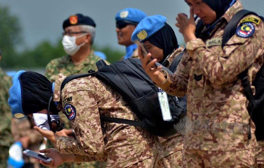 Sebahagian Pasukan MALBATT 850-8 UNIFIL tidak dapat menahan rasa sebak ketika membuat panggilan video menghubungi keluarga sebelum berlepas ke Lubnan. FOTO FAIZ ANUAR