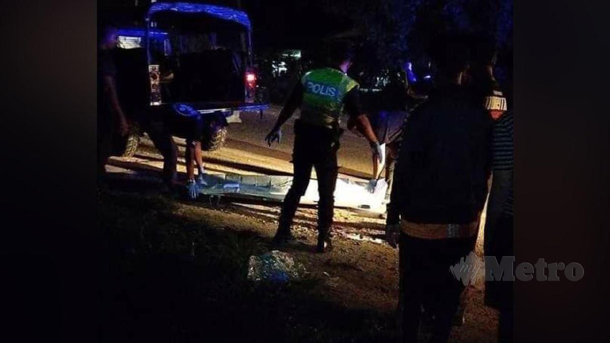 JENAZAH remaja lelaki yang terbabit dalam kemalangan membabitkan sebuah motosikal dan kereta peronda polis. FOTO Ihsan Pembaca