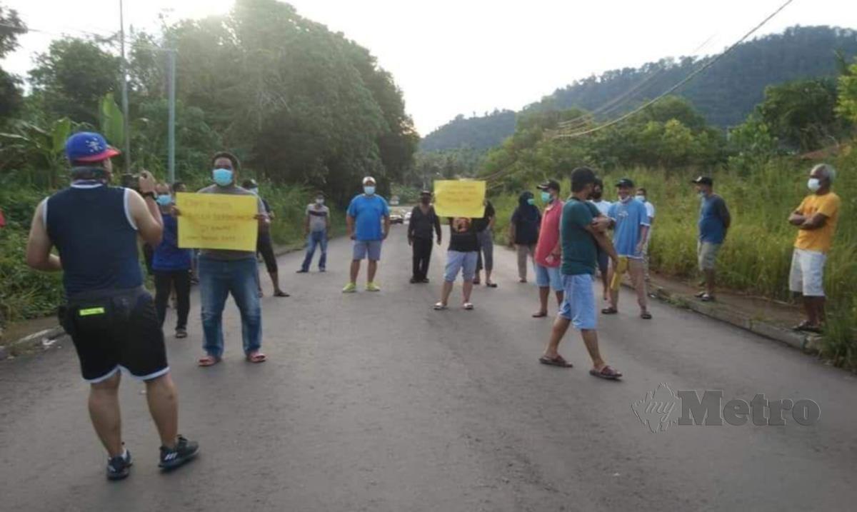 Sebahagian penduduk Taman Semarak, Tawau, mengadakan bantahan aman, petang tadi. FOTO Ihsan Pembaca