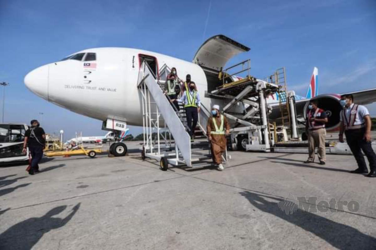EBIT menghantar sumbangan ke Sabah hari ini. FOTO Facebook Ebit Lew