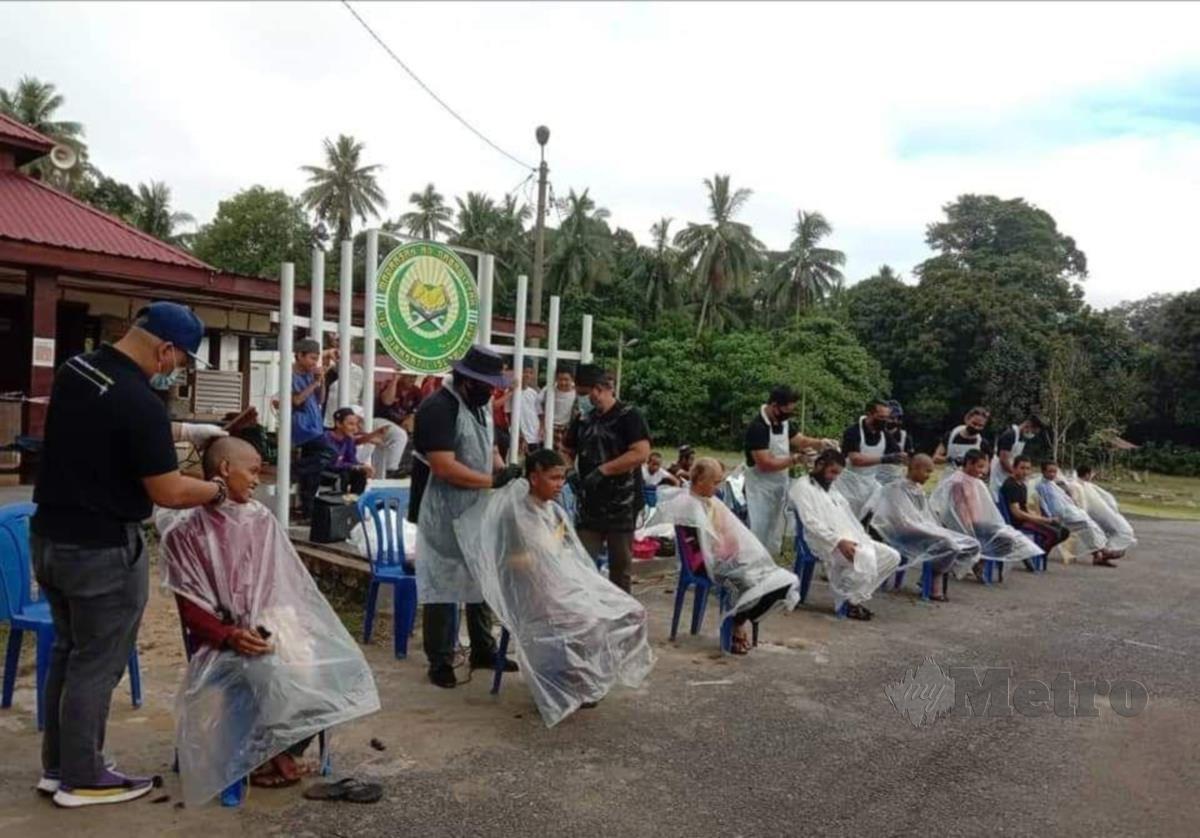 12 orang tukang gunting membotakkan kepala 45 pelajar tahfiz. FOTO ROSELAN AB MALEK
