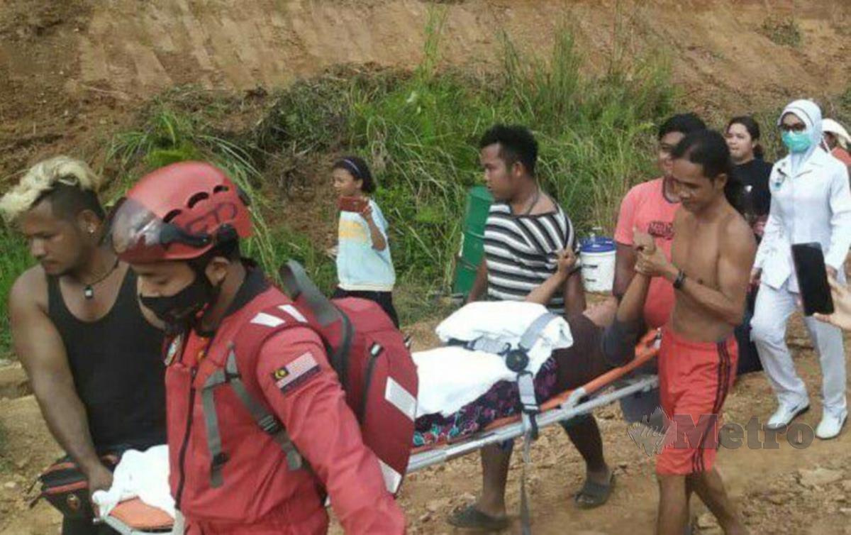 Adin diusung crew penerbangan ihsan dengan dibantu penduduk kampung menaiki helikopter ke HGM.