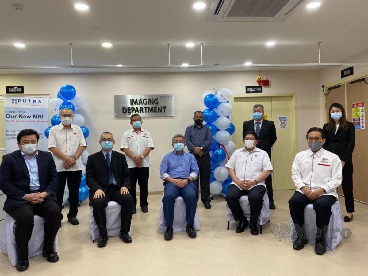 Adham (duduk, tengah) selepas menyempurnakan Majlis  Perasmian Magnetic Resonance (MRI) di Hospital Pakar Putra Batu Pahat. FOTO ESSA ABU YAMIN