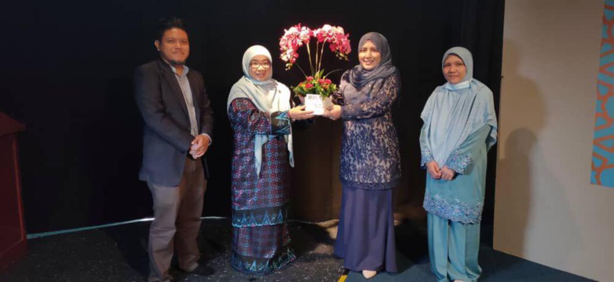 DR Noor Inayah (dua dari kanan) menerima cenderahati daripada Dekan FPM.