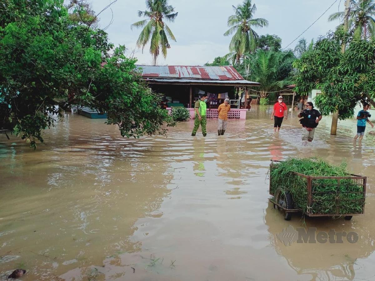 Keadaan banjir di Kampung Parit Penghulu Benteng, Sungai Rambai. FOTO AMIR MAMAT