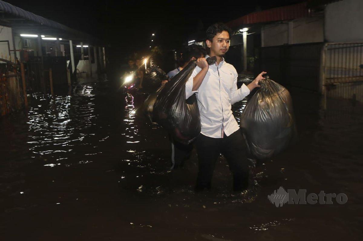 PENDUDUK terjejas akibat kediaman mereka dinaiki air. FOTO Ghazali Kori