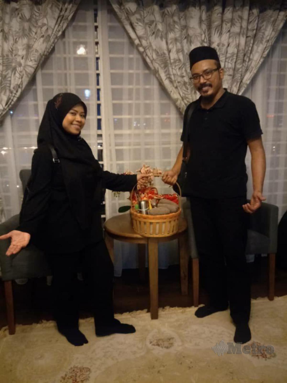 NOOR Khurshiah turut dibantu suami, Abdul Khalil Abd Aziz dalam penyediaan keperluan rawatan pelanggannya.