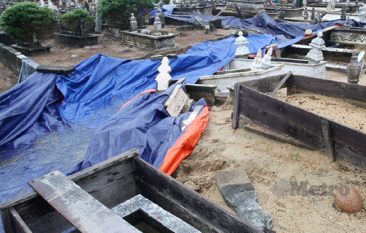 BATU nisan berselerak dan belindan rosak di tanah perkuburan Kampung Dalam Rhu. FOTO Foto Nik Abdullah Nik Omar