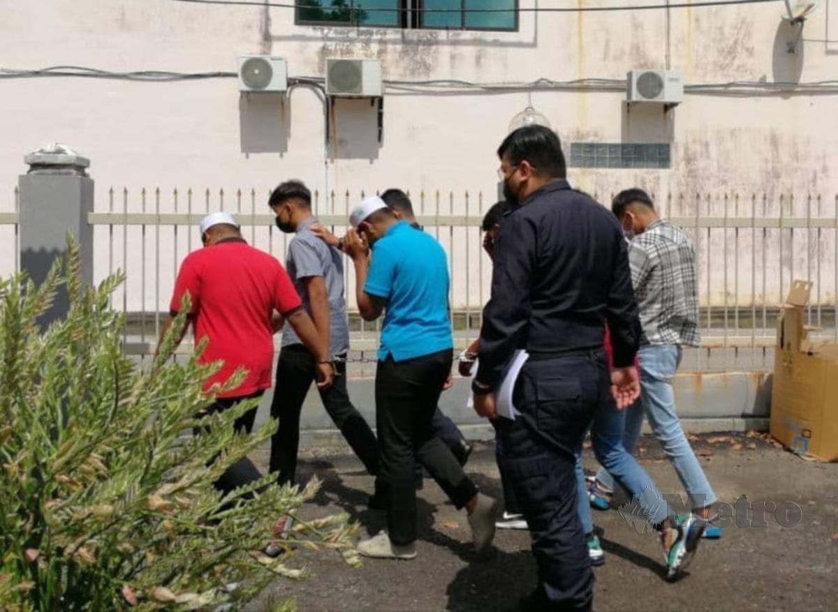 Remaja yang dituduh merogol kanak-kanak berusia 12 tahun dihapakan ke Mahkamah Sesyen Kemaman, hari ini. FOTO ROSLI ILHAM