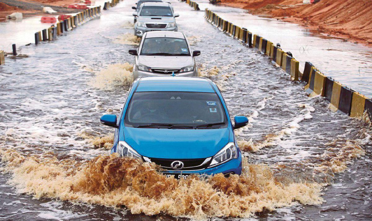 PASTIKAN gear rendah ketika meredah banjir.