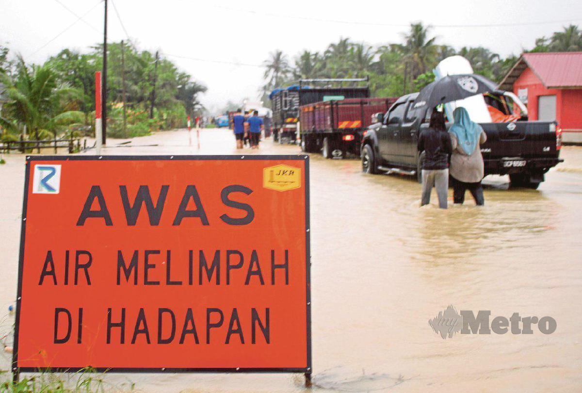 PATUHI arahan papan tanda di jalan raya.