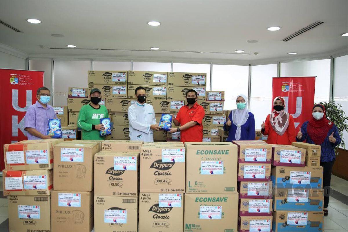 SKUAD Misi Bantuan Kasih UKM menyalurkan bantuan kepada mangsa banjir di Kelantan dan Pahang. FOTO Ihsan UKM