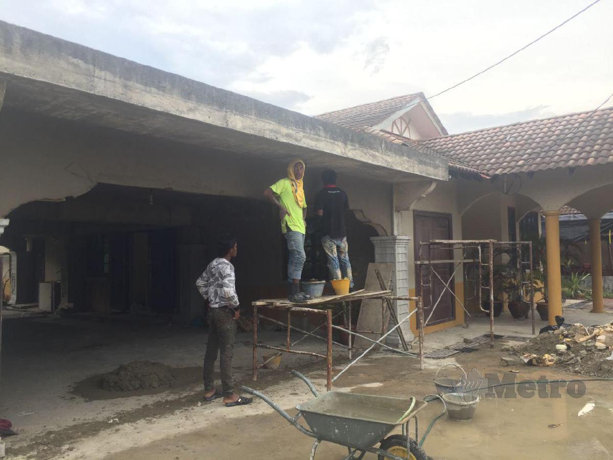 MELAKUKAN proses ubah suai untuk menjadikan banglo itu sebagai rumah inap desa.