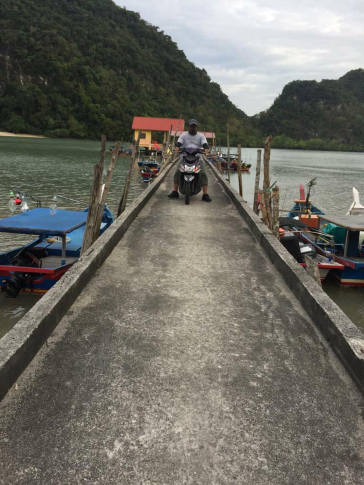 MENUNGGANG motosikal antara pilihan paling sesuai untuk menjelajah sekitar Pulau Tuba.