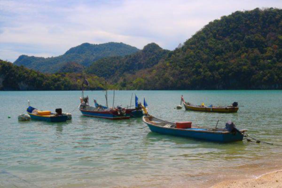 MENENANGKAN suasana di Pulau Tuba.