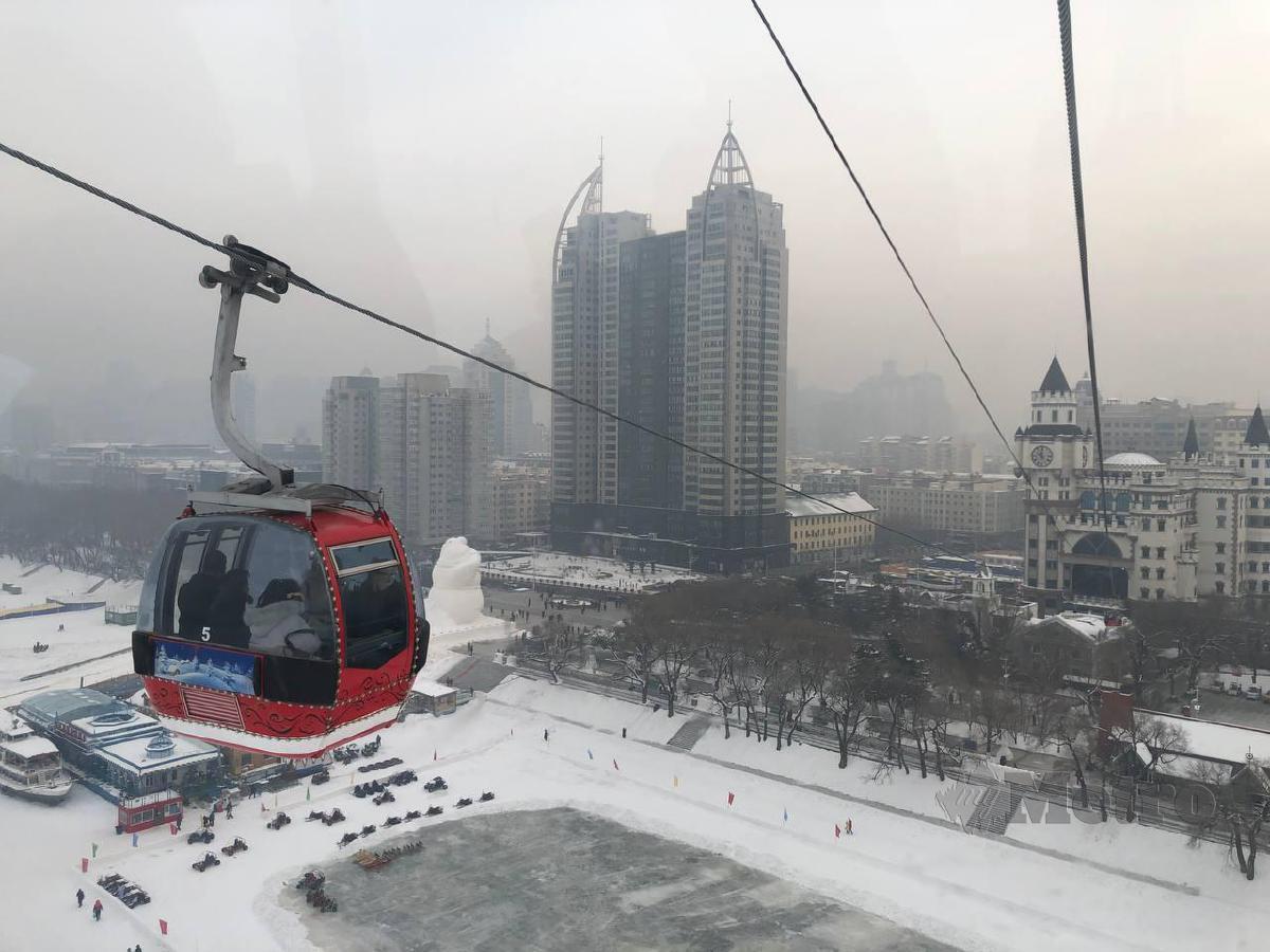 KERETA kabel melintasi Sungai Songhua untuk ke kawasan rekreasi.