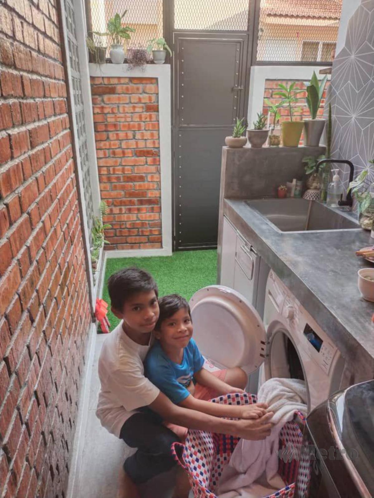 ANAK-anak turut suka melakukan dobi di ruang baharu itu.