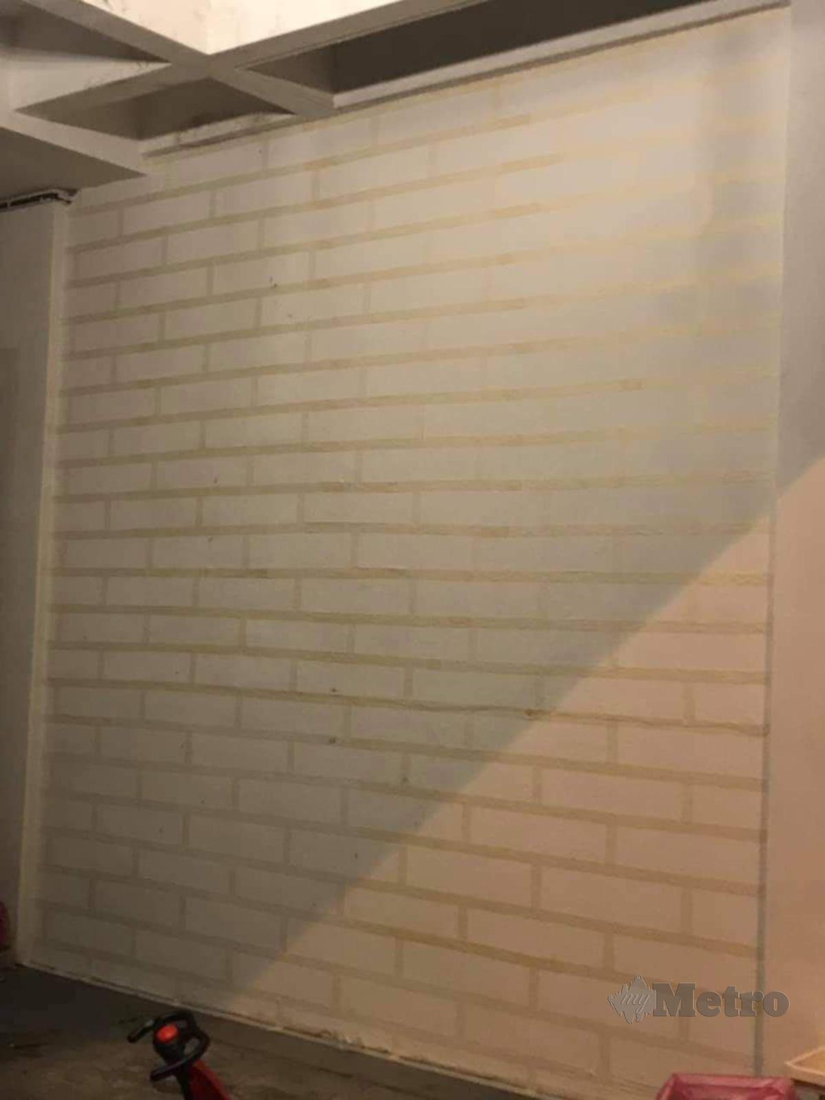 BENTUKKAN garisan melintang pada dinding itu menggunakan pita pelekat dan diikuti garisan menegak.