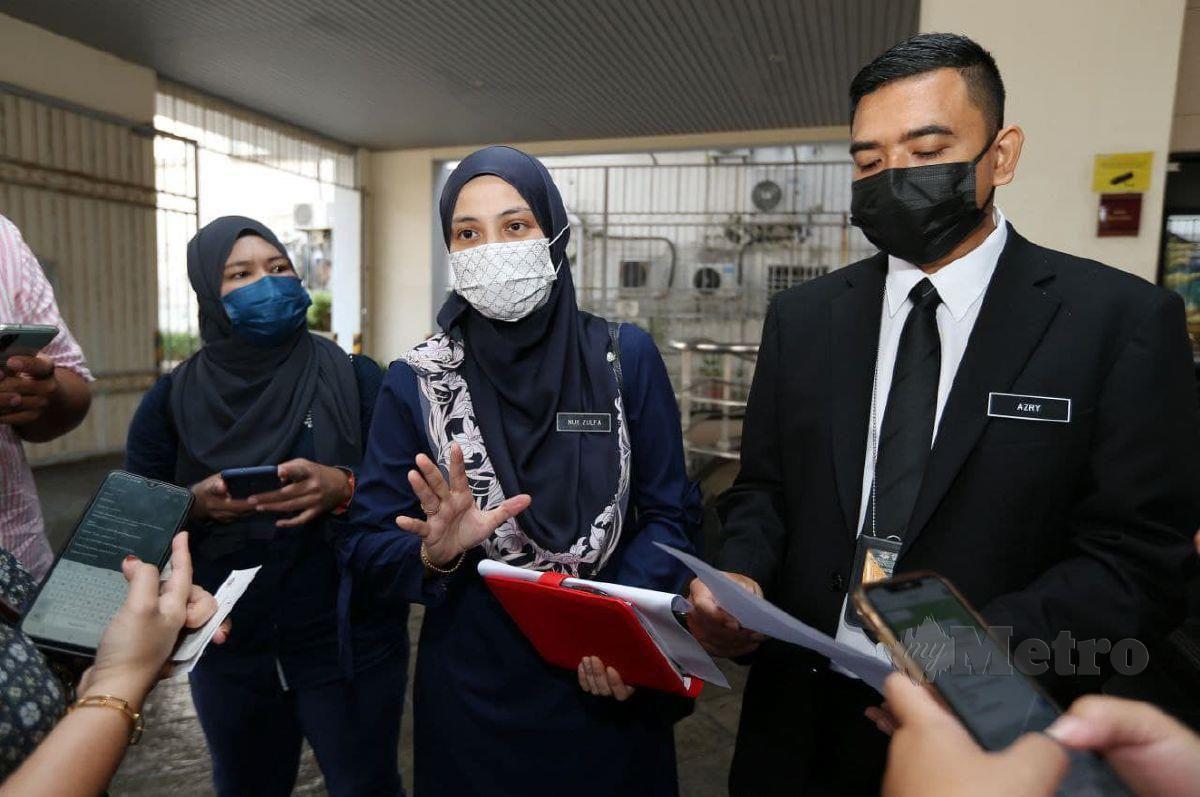 Nur Zulfa (tengah) ketika ditemui media di pekarangan Mahkamah Majistret Georgetown, hari ini. FOTO Mikail Ong.