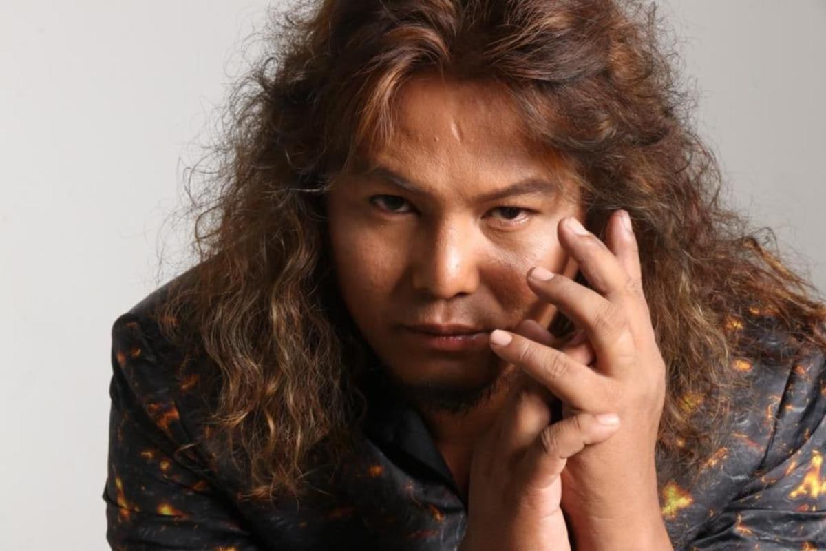 Penyanyi Uchop Ahmad.