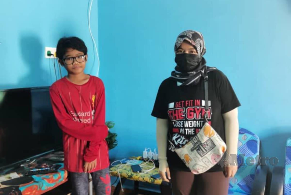 Hafizan Azmi bersama murid selepas menunjukkan cara penggunaan Google Classroom.