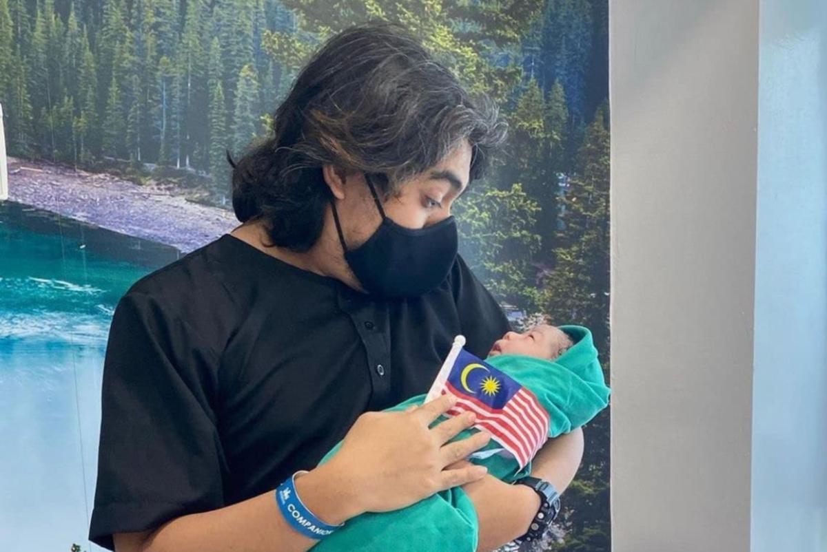 ISSEY bersama bayinya.