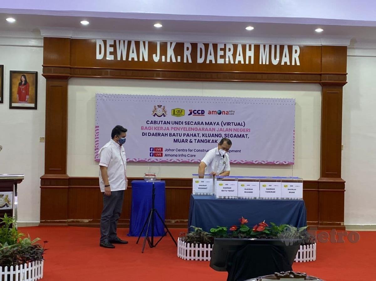 Solihan ketika merasmikan Program Kongsi Kerja Cabutan Undi Secara Maya Bagi Kerja Penyelenggaraan Jalan Seluruh Johor, di Dewan JKR Muar, hari ini. Foto Essa Abu Yamin