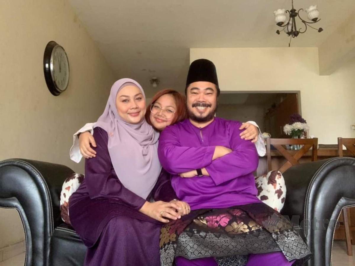 ACONG bersama isteri, Marya dan anak mereka.