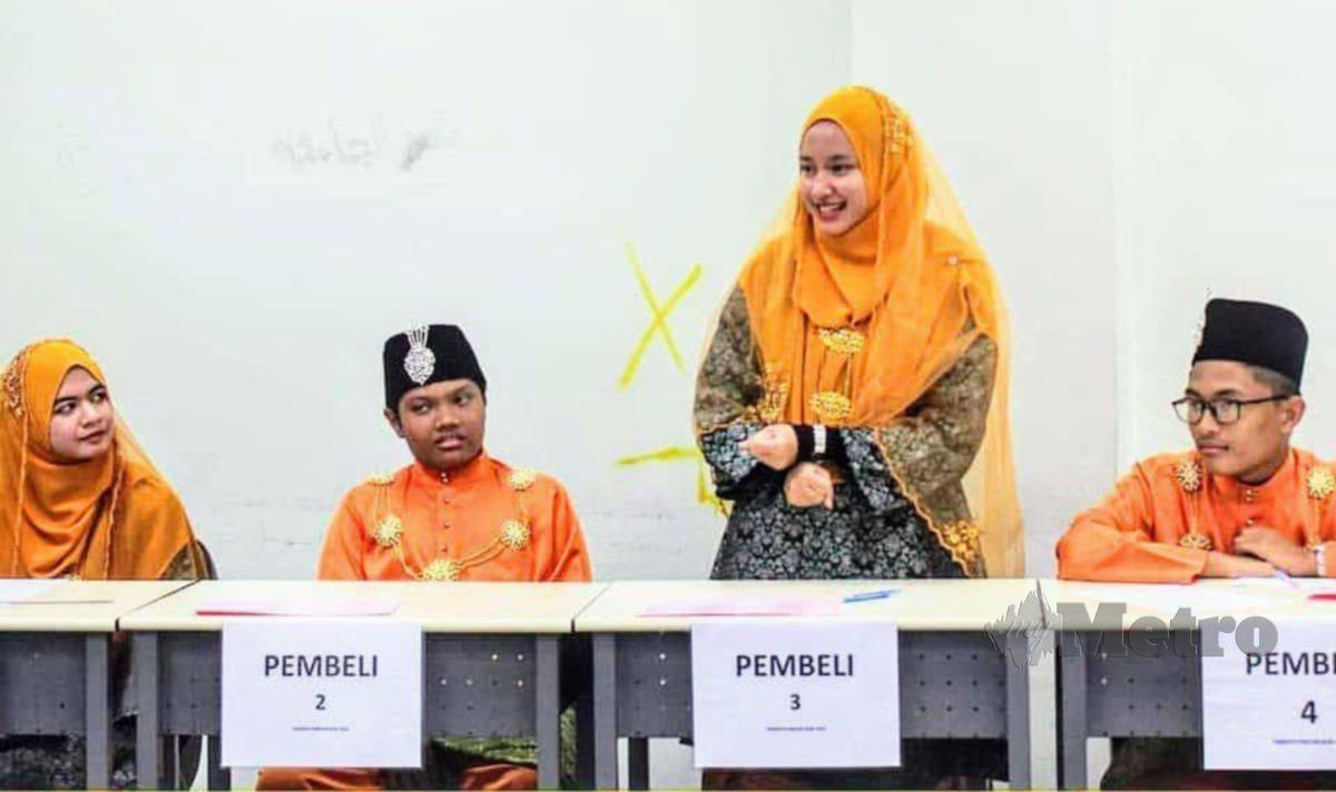 YASMIN (dua dari kanan) beraksi dalam Temasya Pantun Budi peringkat Institut Pengajian Tinggi Malaysia. KGI adalah satu-satunya sekolah menengah yang menyertainya manakala peserta lain adalah dalam kalangan pelajar universiti seluruh negara.