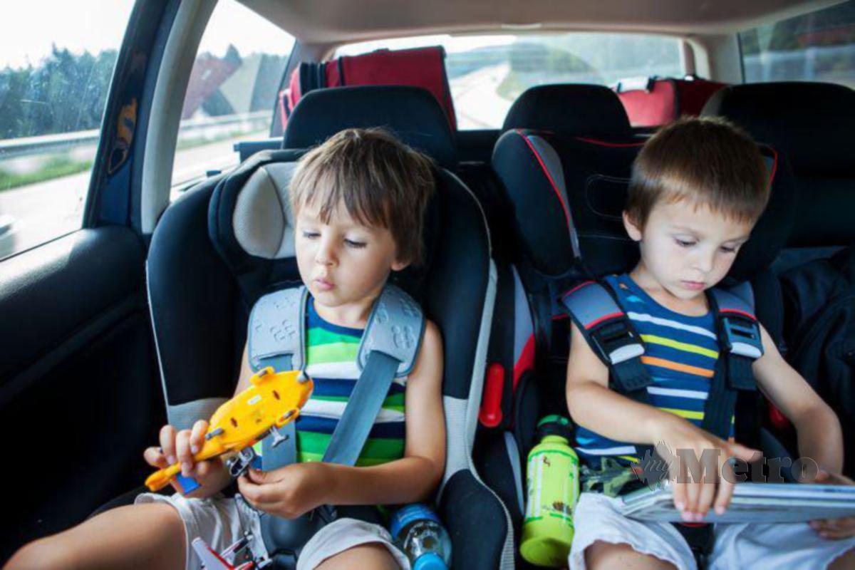 JANGAN ketinggalan bawa bersama beberapa permainan dan buku cerita sebagai hiburan mereka ketika dalam kenderaan.