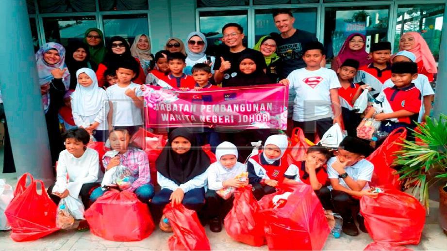 NGO bergambar bersama penerima sumbangan ketika Program International Kasih Amal (PIKA). FOTO NSTP/Mohd Sabran Md Sani.