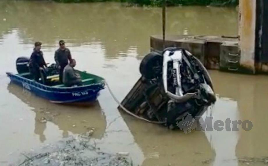 POLIS membawa naik kenderaan pacuan empat roda yang terhumban ke Sungai Prai dalam satu kejadian lemas, Sabtu lalu. FOTO ihsan polis.