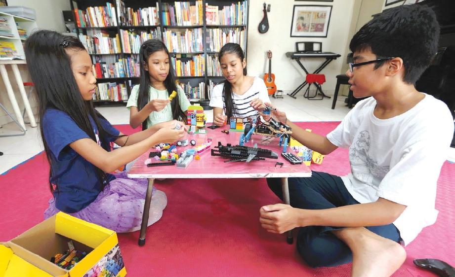 MASA bermain. Kirua (kanan) bermain lego bersama adik-adiknya.