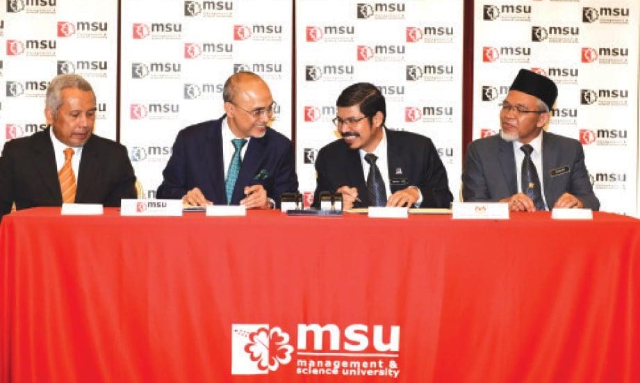 DR Mohd Shukri (dua dari kiri) dan Dr Mohd Uzir (dua dari kanan) menandatangani MoU.