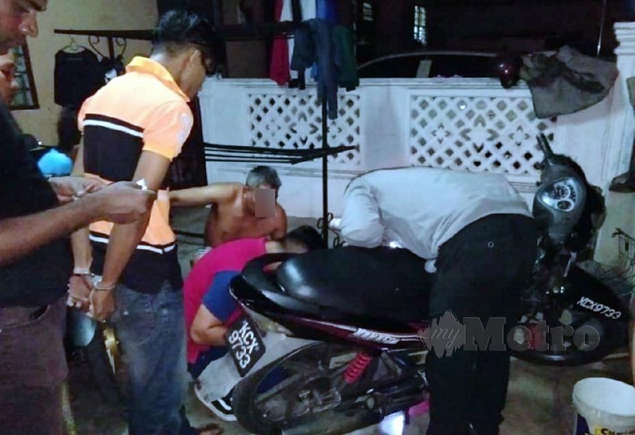 ANGGOTA polis memeriksa motosikal yang ditemui semula selepas menahan seorang remaja (baju kuning hitam) di Sungai Lalang, Bedong. FOTO ihsan PDRM